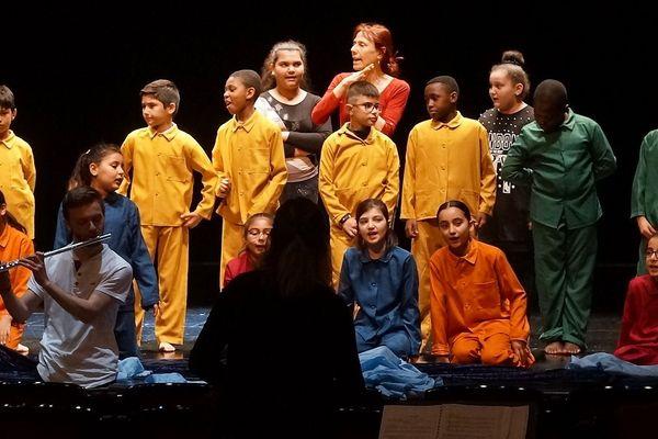 Depuis 2015, le Centre lyrique Clermont-Auvergne multiplie les initiatives en direction des quartiers prioritaires de la ville de Clermont-Ferrand. L'objectif est de sensibiliser un large public au lyrique. En 2018, ce sont des élèves d'une école de Croix-de-Neyrat qui ont travaillé sur un opéra.
