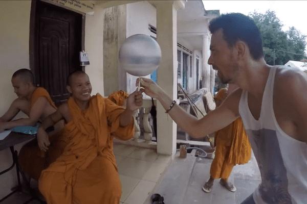Corentin Baron et les moines au Cambodge.
