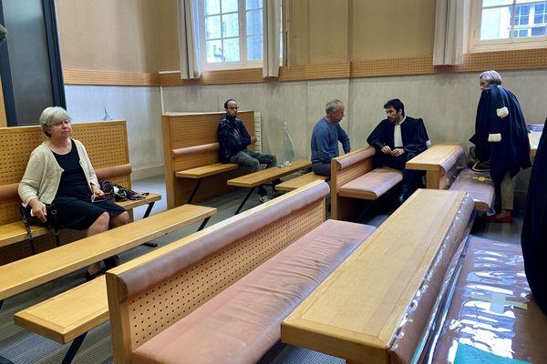 La salle d'audience à Pau avec la maman d'Emeline à gauche. La famille mène un combat judiciaire depuis huit ans.