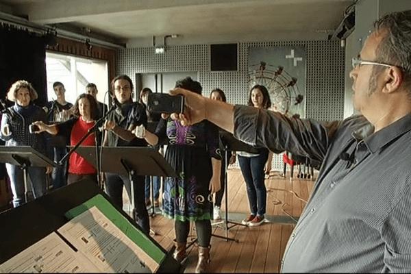 Répétition des étudiants des Beaux-Arts de Quimper avec leurs smartphones