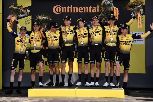 L'équipe Jumbo du maillot jaune Teunissen a remporté le contre-la-montre par équipes à Bruxelles.