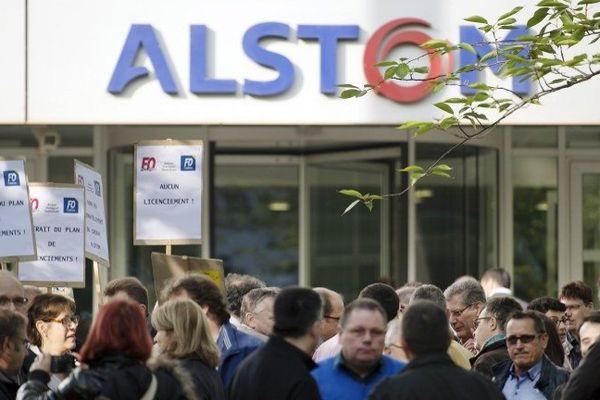 """Quelques dizaines de syndicalistes CGT et FO d'Alstom se sont rassemblés mardi 29 avril 2014 pour protester contre """"le démantèlement"""" du groupe industriel, devant le siège de sa division transports à Saint-Ouen (Seine-Saint-Denis)."""
