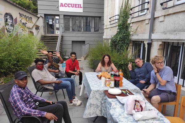 Les jeunes de l'association Noël Paindavoine se retrouvent régulièrement dans des espaces communs pour des événements