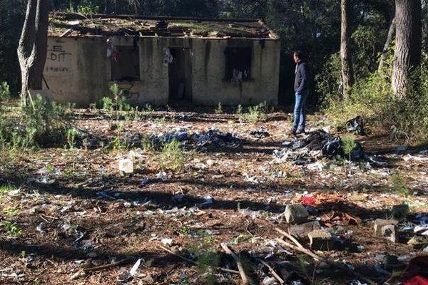 Un promeneur a découvert un sol recouvert de déchets, à Saint-Génies-des-Mourgues, près de Montpellier, dans l'Hérault.