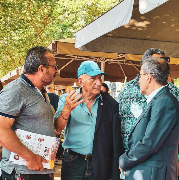 Jean-Guy Talamoni discute avec Jo Bonavita sur la place Saint-Nicolas, à Bastia.