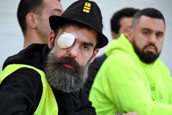 Le gilet jaune Jérôme Rodrigues, blessé samedi 26 janvier alors qu'il faisait face aux forces de l'ordre, affirme avoir été touché par un projectile de LBD (Lanceur de Balle de Défense).