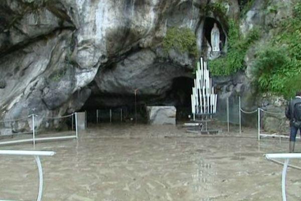 La grotte de Lourdes lors des inondations de Juin 2013