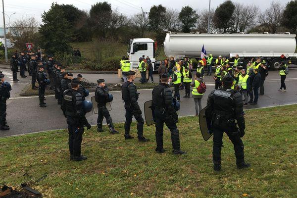 Face à face entre une cinquantaine de gendarmes et une centaine de gilets jaunes lundi matin 3 décembre à l'entrée d'un rond-point de Donges.