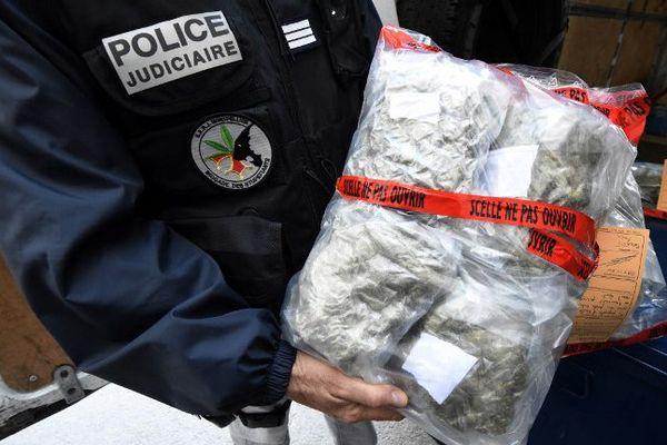 Un policier montre un sac de cannabis près de Montpellier (Hérault), le 28 octobre 2014.