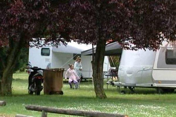 La vingtaine de caravanes ont pris place illégalement samedi dans le stade du Bois Joly à Saran (Loiret).