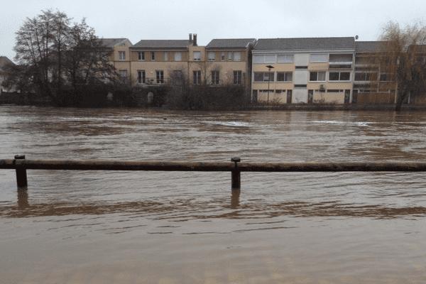 À Périgueux, les quais de l'Isle inondés ce dimanche matin.