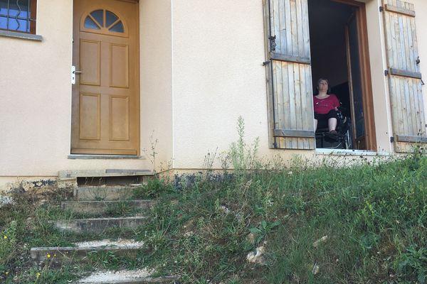 A 47 ans, Pascale, paralysée, ne peut plus sortir depuis 6 ans de sa maison construite en hauteur