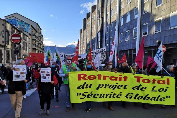 La manifestation organisée le 5 décembre à Clermont-Ferrand contre la Loi sécurité globale a rassemblé 1 700 personnes environ.