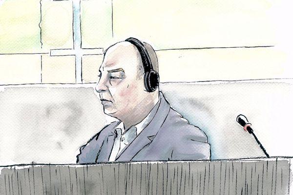 L'accusé, Willy Bardon, écoutant la fameuse bande-son de 26 secondes, le 27 novembre au tribunal d'Amiens.