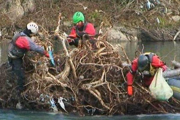 Une équipe de quatre moniteurs de raft se charge de dégager les embâcles qui encombrent encore le gave de Pau