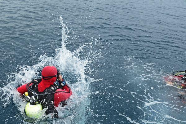 Des pompiers plongeurs ont été dépêchés près du Cargo pour extraire du canal le cadavre d'un homme de 92 ans.