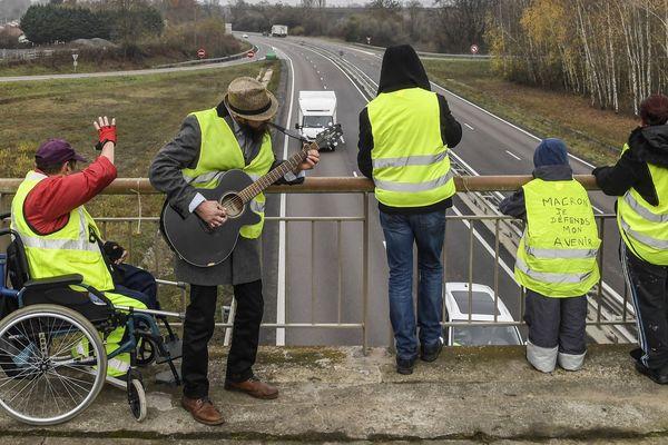 Depuis une semaine, ces gilets jaunes manifestent sur un pont de Montceau-les-Mines, comme ici ce vendredi 23 novembre.
