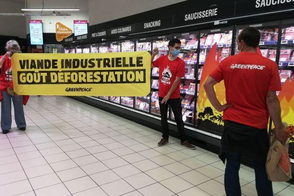 Les militants tourangeaux de Greenpeace en pleine action ce samedi matin dans un supermarché de Tours-Nord.