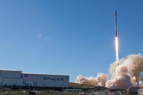 Le lancement d'une fusée de la société américaine SpaceX, sur la base de Vandenberg, en Californie, le 14 janvier 2017.