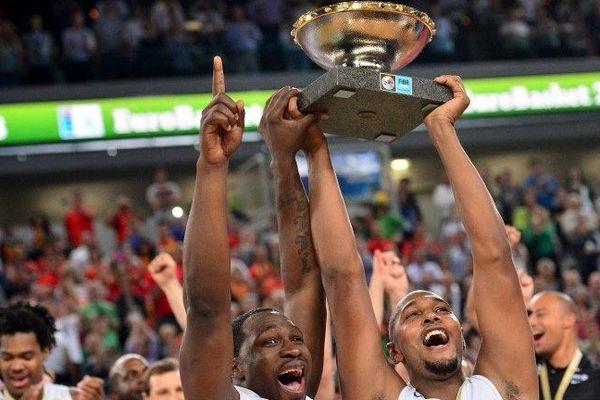 Florent Pietrus (G) and Boris Diaw (D) brandissent leur trophée après la victoire de la France en finale du championnat EuroBasket le 22 septembre 2013