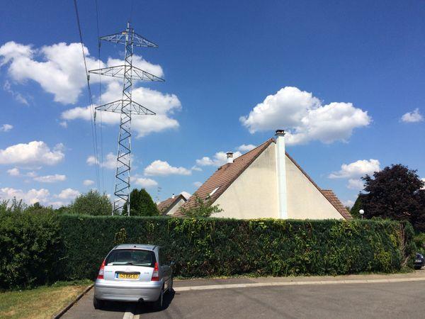 Rue des Vergers, à Lipsheim: les lignes haute tension sont trop près des maisons.