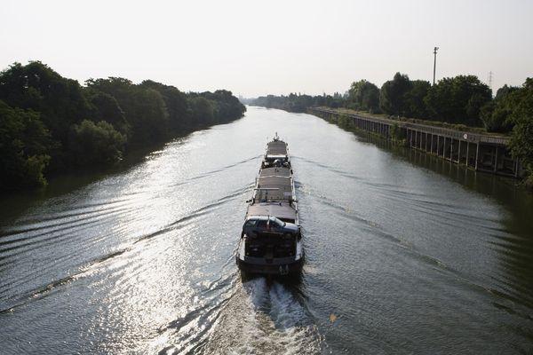 Une barge sur la Seine, à hauteur de Gennevilliers, dans les Hauts-de-Seine.