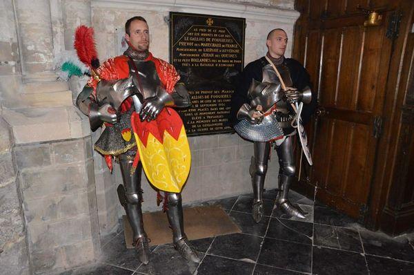 Aymeric Savary et Kristian Boulinguez au-dessus de la sépulture des chevaliers qu'ils incarnent.