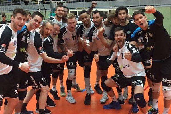 La joie de l'équipe du Rennes Volley 35 qui accède à la finale des play-offs de Ligue B