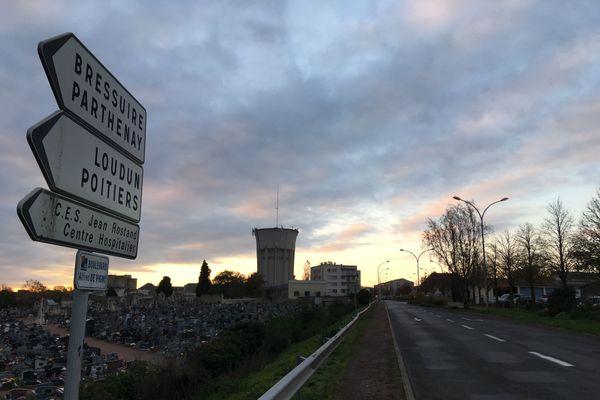 L'entrée de ville de Thouars, en fin de journée, le 5 novembre 2020