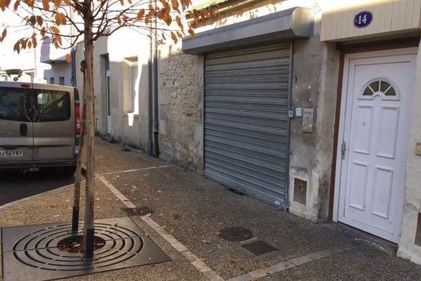 Le corps a été découvert dans le hall de  cet immeuble situé au numéro 14 de la rue des Mobioles.