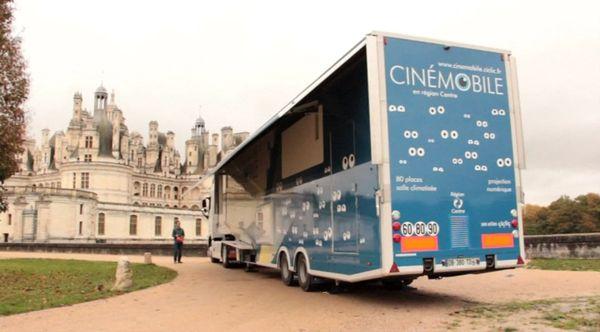 La cinémobile garée devant le château de Chambord.