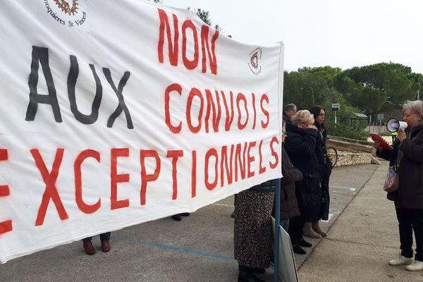 Une petite trentaine de personnes s'est réunie à Jonquieres Saint Vincent dans le Gard pour dénoncer le passage régulier de convois exceptionnels sur la Départementale 999 qui coupe le village en deux. 17/11/2019