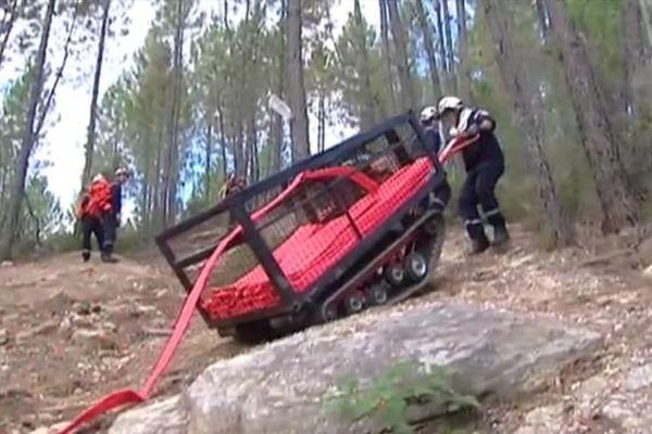 """Les pompiers utilisent un """"cheval de fer"""" pour acheminer l'eau sur de grandes distances"""