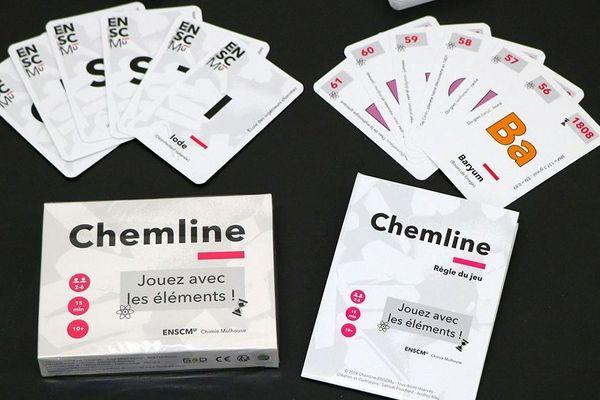 Le jeu Chemline est constitué de 104 cartes correspondant aux premiers éléments chimiques. Elles présentent, au recto le nom d'un élément chimique, son symbole et une utilisation, et au verso ces mêmes informations et les caractéristiques de l'élément (numéro atomique et année de découverte).