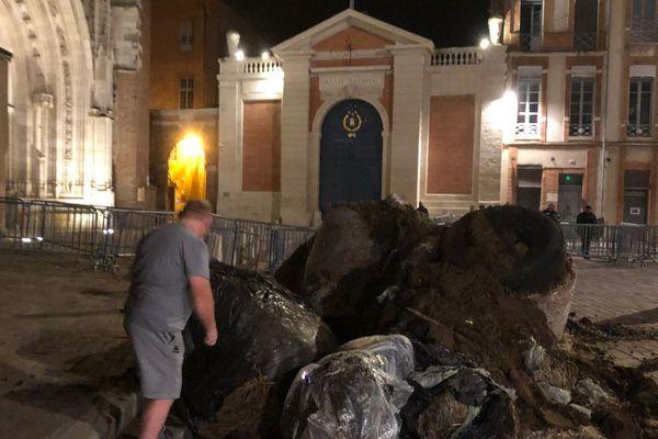 Des tonnes de fumier, déversées devant la préfecture de Haute-Garonne