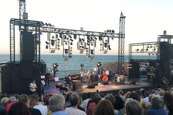 Le festival Jazz à Sète s'installe tous les ans au théâtre de la mer. Le 16 juillet 2019, c'est le batteur Makaya McCraven qui démarrait la soirée.