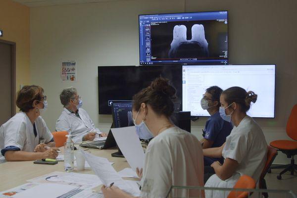 Les médecins anatomo-pathologistes avec les techniciens en cours de diagnostic