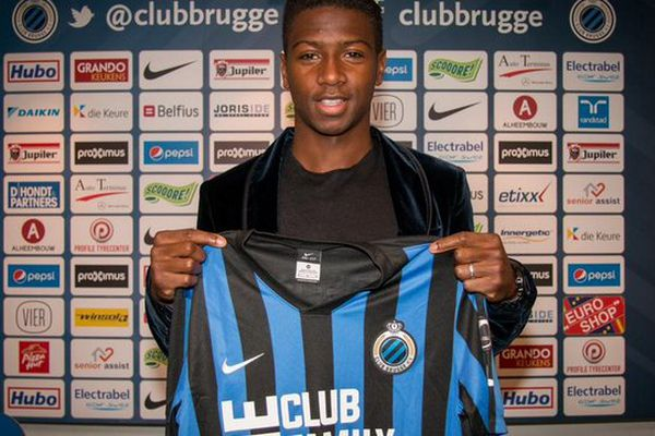 Abdoulay Diaby pose avec son nouveau maillot brugeois.