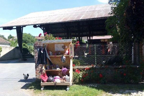 Dans cette cabane à dons, les habitants s'échangent toutes sortes d'objets