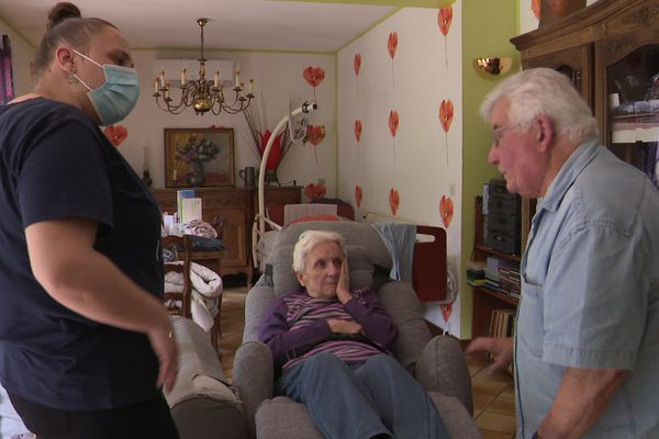 Pour s'occuper de son épouse souffrant d'alzheimer, Guy reçoit la visite quotidienne de trois aides à domicile