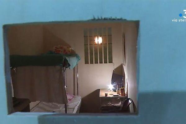 Une cellule de prison reconstituée dans le cadre des Journées nationales des prisons.