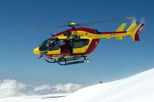 """""""Dragon74"""" , l'hélicoptère de la sécurité civile d'Annecy, et fait intervenir une équipe mixte composée d'un médecin, d'un secouriste de la gendarmerie et d'un secouriste des pompiers."""