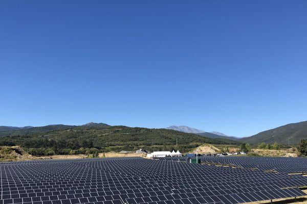 """Corsica Sole a officiellement inauguré mardi à Giuncaggio (Haute-Corse) la troisième de quatre centrales solaires qui doivent former """"le plus important programme solaire photovoltaïque avec stockage jamais réalisé en Corse"""", permettant de fournir fin 2019 en énergie 4.000 foyers."""
