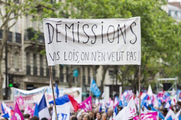 Une banderole avec les mots Hollande démission sillonne les plages de l'Ouest