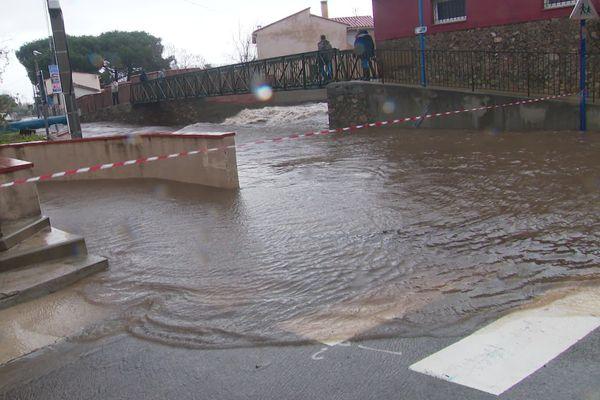 Rue inondée à Argelès-sur-Mer, au bord de la Massane, le matin du mercredi 22 janvier.