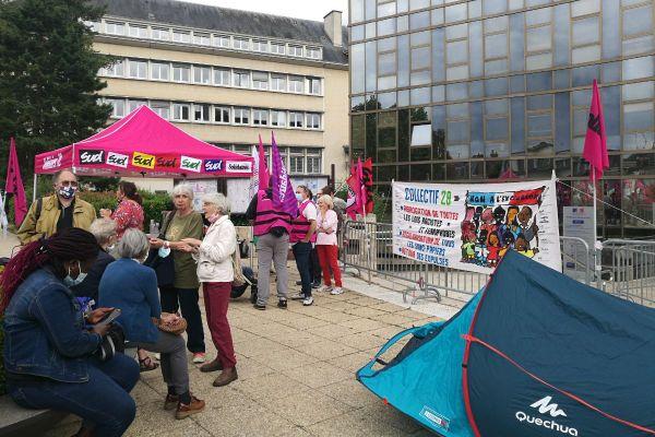 Manifestation devant la préfecture d'Eure-et-Loir du collectif AERéSP28 et de syndicats.