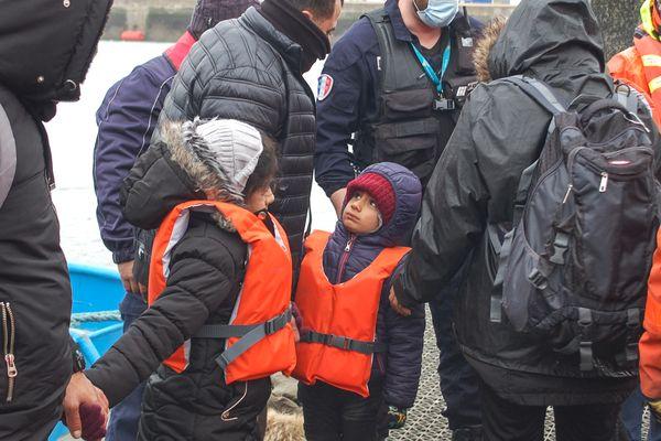 Deux enfants, entourés par la police aux frontières au port de Calais, jeudi 1er avril 2021.