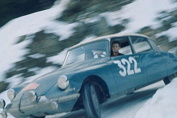 L'image d'une prestigieuse voiture: l'authentique et mythique DS qui s'est illustrée dans la compétition automobile. Elle occupa la première place lors des rallyes de Monte-Carlo de 1963 et 1965 et à la seconde place en 1964