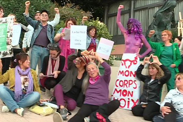 """""""Mon corps, mon choix"""" pouvait-on lire sur les pancartes des manifestants opposés à la statue de Daphné du Barry."""