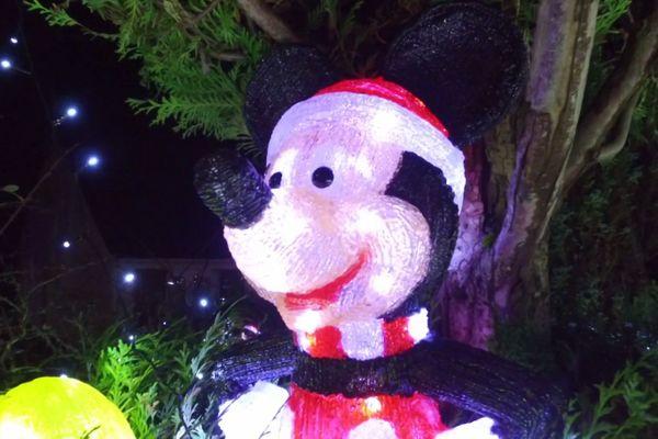 Une célèbre souris de dessins animés est là pour accueillir les visiteurs.